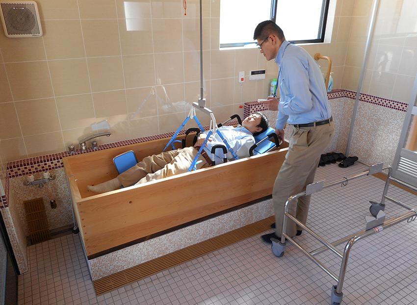 介護リフトで下降させ、ご入浴