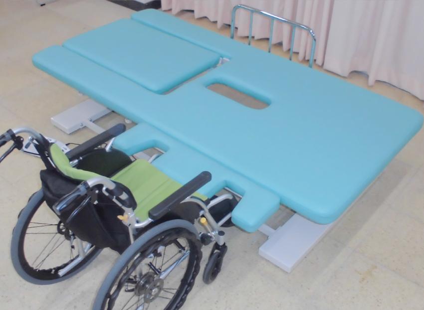 トランスファーテーブル、サイドレールは頭側・脚側・両側面どちらでも移動可能(差し込み口有り)