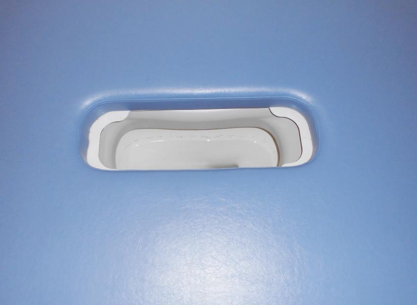 バリアフリー便器などをトイレベッドの下に設置し、便器とトイレベッドの開口部を合わせて使用します。